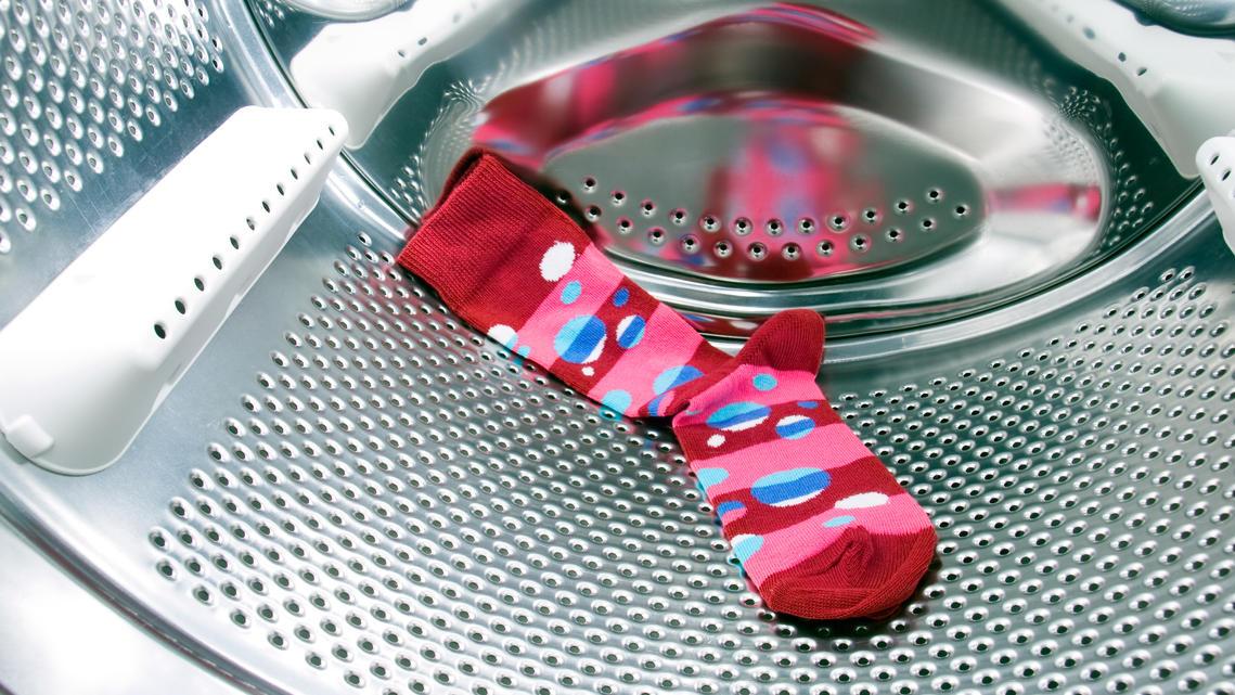 Nur noch eine Socke da, obwohl zwei in die Waschmaschine gewandert sind? Dass Socken verschwinden, kommt leider häufig vor.