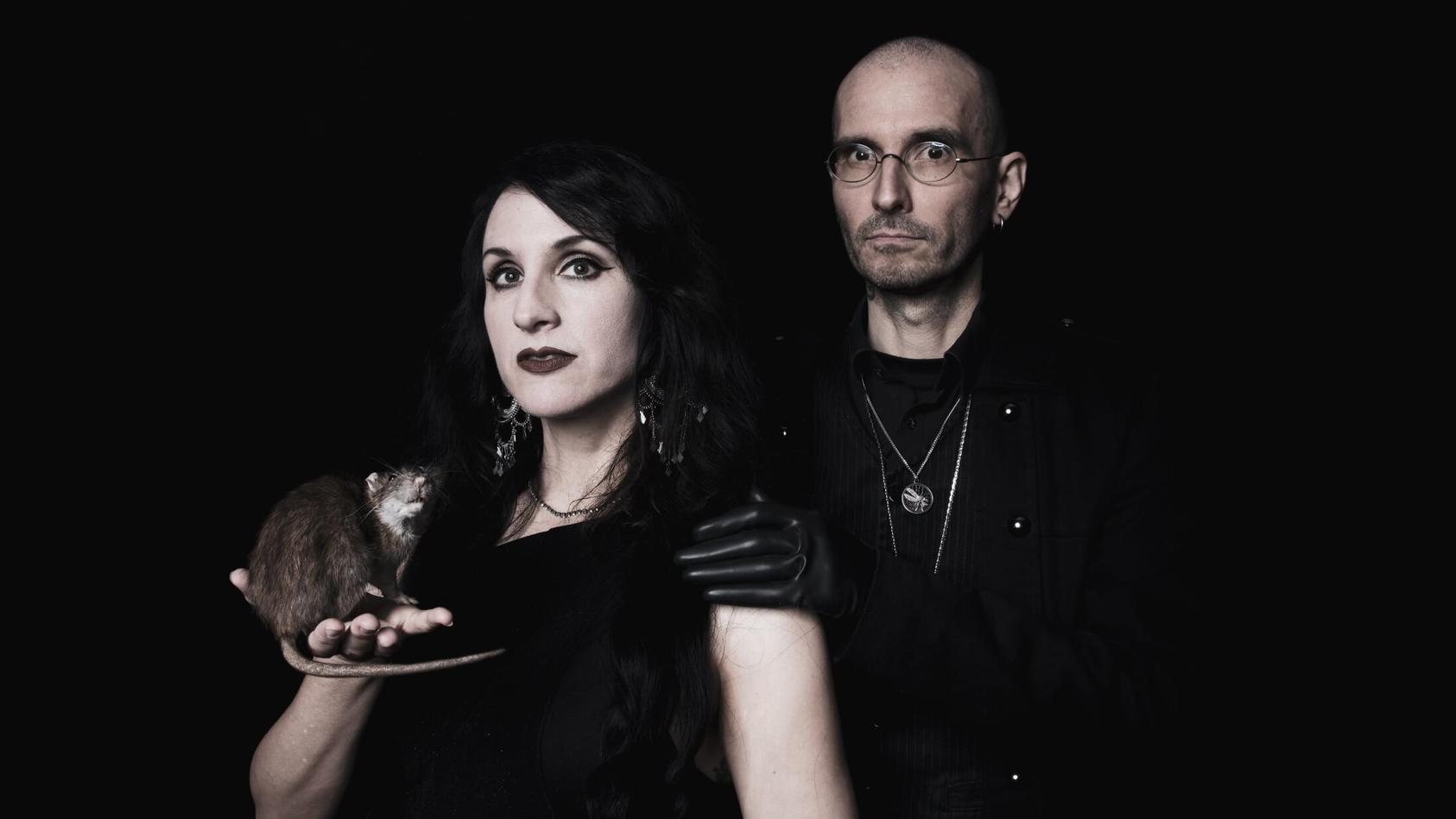 """Dr. Bianca Stücker und Dr. Mark Benecke haben gemeinsam das Album """"We want it darker"""" aufgenommen""""."""