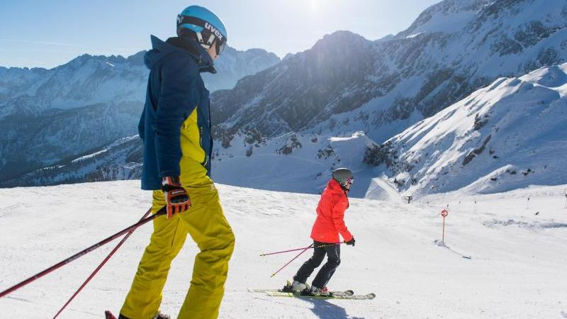 Trotz Corona wird wohl vielerorts Skifahren möglich sein. Doch Wintersportler müssen sich auf einige Infektionsschutzmaßnahmen einstellen.