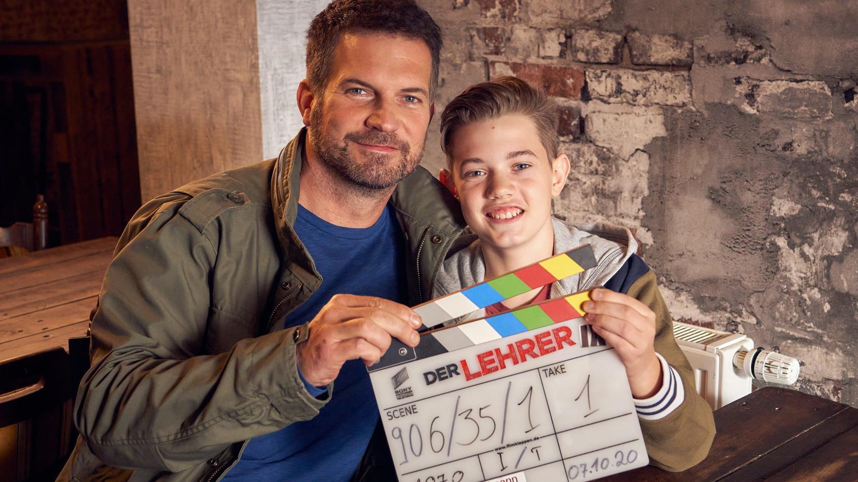 """Simon und Milon Böer sind Vater und Sohn - auch bei """"Der Lehrer"""". Denn in der Serie schlüpft Milon in die Rolle des Julius, dem Sohn von Lehrer David."""