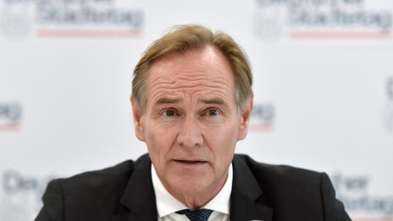Leipzigs OB und Städtetags-Präsident Burkhard Jung spricht bei einer Pressekonferenz. Foto: Caroline Seidel/dpa/Archivbild