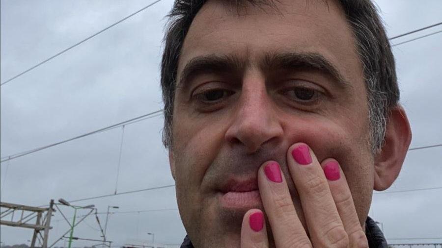 Ronnie O'Sullivan lackiert seine Fingernägel pink - aus einem besonderen Grund (Quelle: Twitter/ronnieo147)