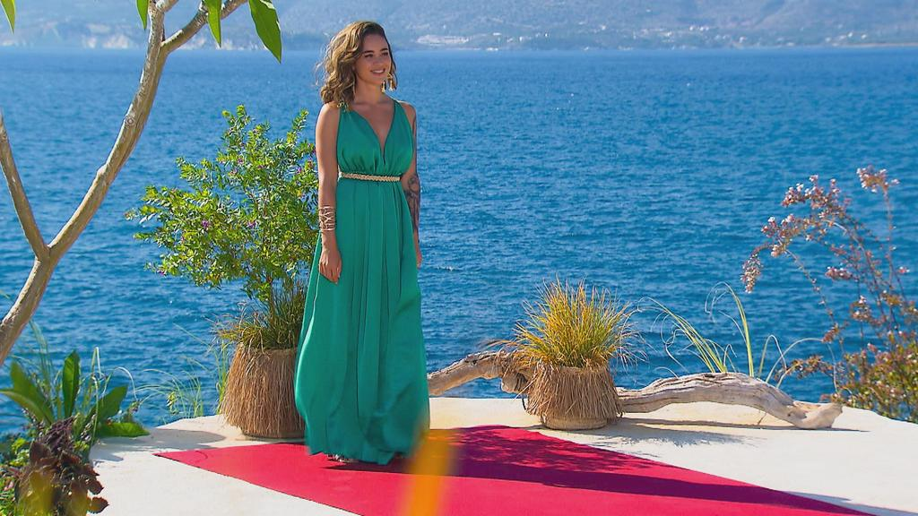 Melissa empfängt ihre Männer in der 7. Bachelorette-Staffel auf Kreta in einem jadegrünen Kleid.