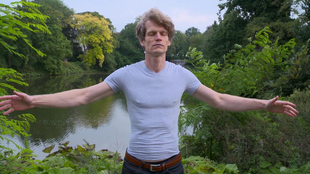 Bremer Altersforscher Sven Voelpel bei Entspannungübung