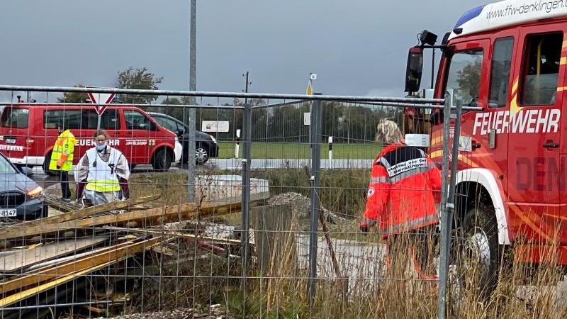 Einsatzkräfte stehen an der Baustelle in Denklingen. Vier Arbeiter sind dort beim Einsturz einer Betondecke getötet worden. Foto: Vifogra/dpa