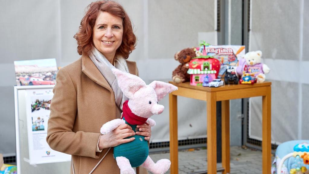 16.10.2020, Hamburg: Monica Lierhaus, Moderatorin, hält während eines Pressetermins auf dem Recyclinghof Liebigstraße in Hamburg-Billbrook ein Plüschtier in den Händen. Die Stadtreinigung startete die Sammlung von gebrauchtem Spielzeug für bedürftige