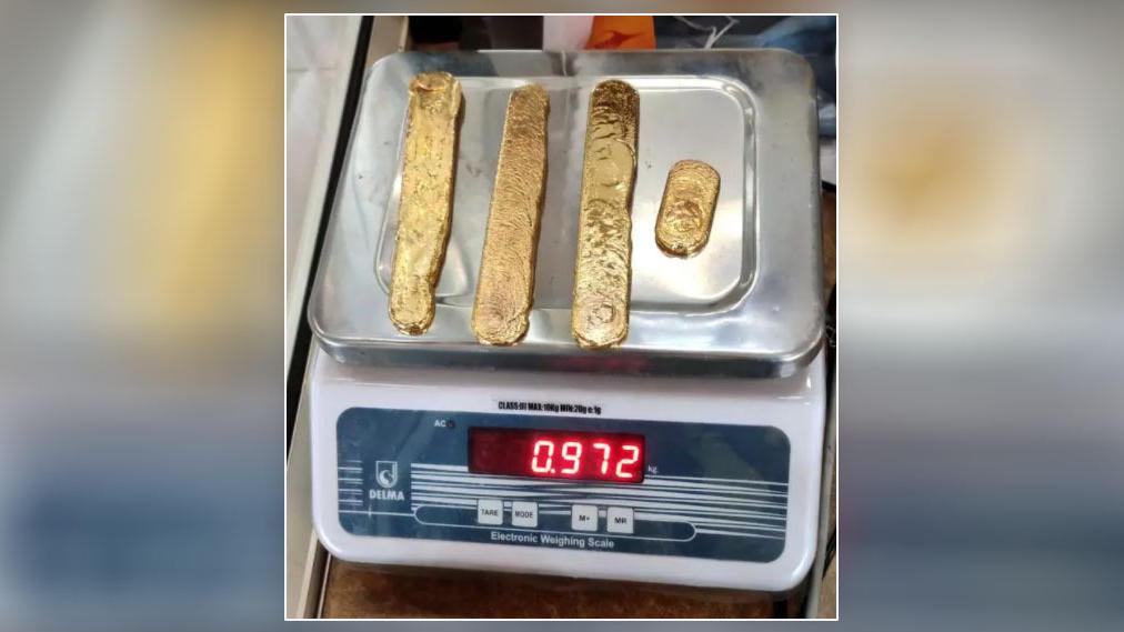 Diese Goldbarren wurden im Po eines Mannes gefunden.