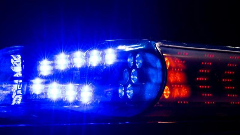 Das Blaulicht auf einem Fahrzeug der Polizei leuchtet in der Dunkelheit. Foto: Monika Skolimowska/dpa-Zentralbild/ZB/Symbolbild