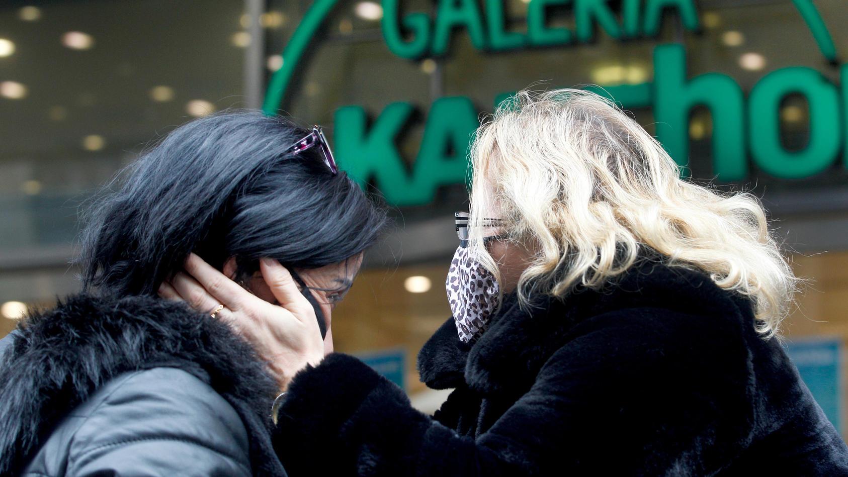 17.10.2020, Nordrhein-Westfalen, Düsseldorf: Die beiden Galeria Kaufhof Mitarbeiterinnen Habibe Shoensi (l) und Ergül Altekin trösten sich am Tag der Schließung ihrer Filiale.