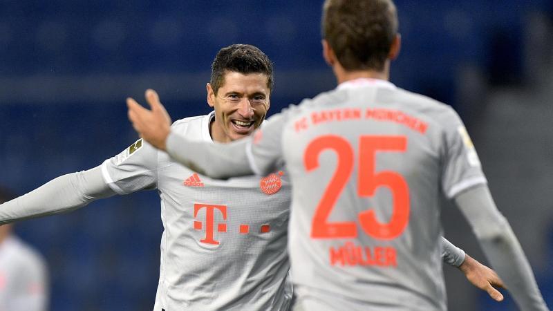 Robert Lewandowski (l) und Thomas Müller bejubeln das zwischenzeitliche 3:0. Foto: Martin Meissner/AP-Pool/dpa