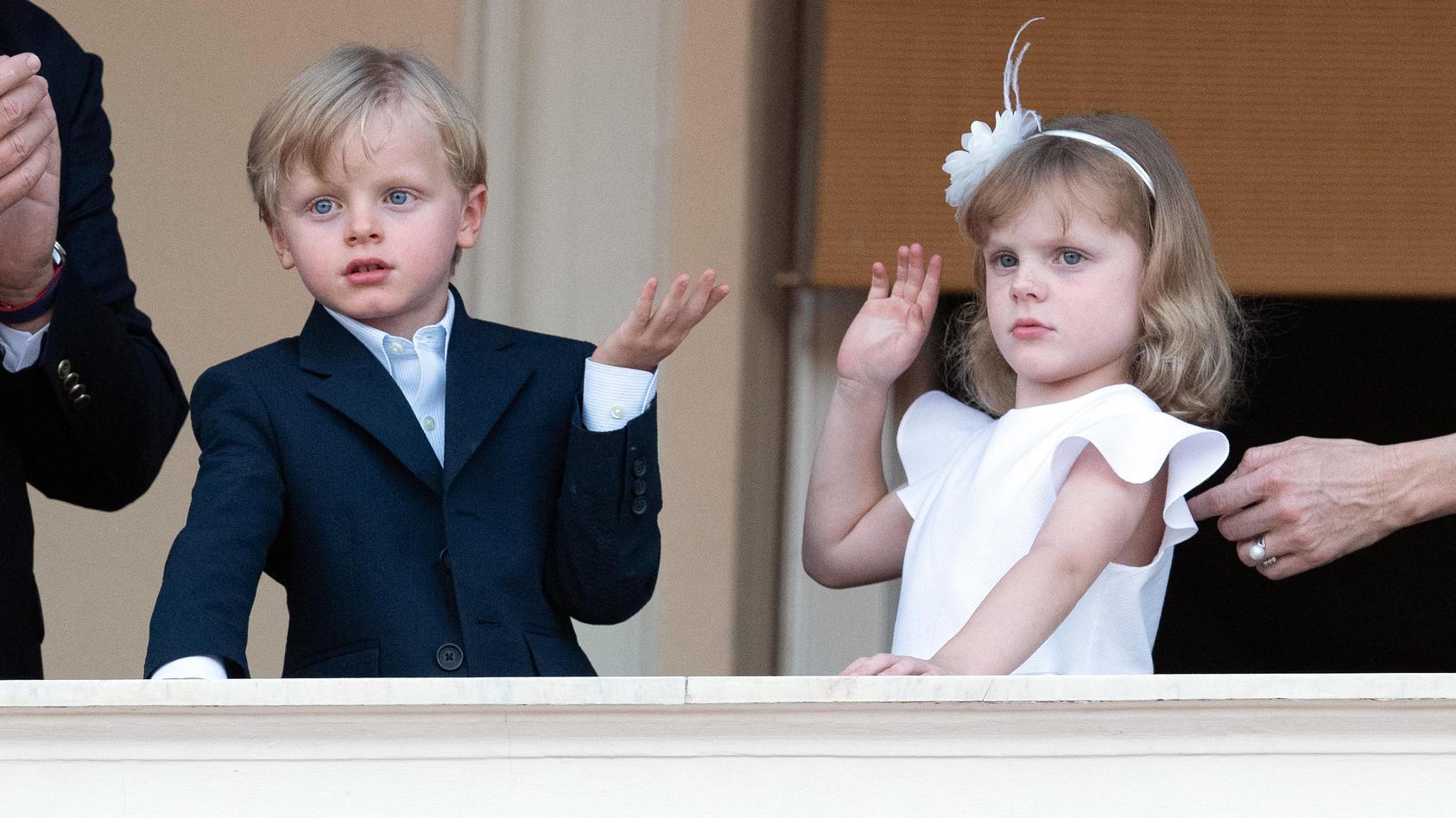 Jacques und Gabriella von Monaco werden von Mama Charlene fein herausgeputzt.