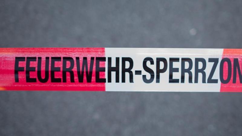 Feuerwehr-Sperrzone. Foto: Daniel Bockwoldt/dpa/Symbolbild
