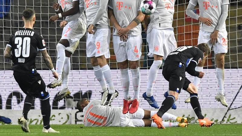 Bayerns Douglas Costa liegt quer unter der Mauer, um den Schuss zu blockieren. Foto: Martin Meissner/AP-Pool/dpa/Aktuell