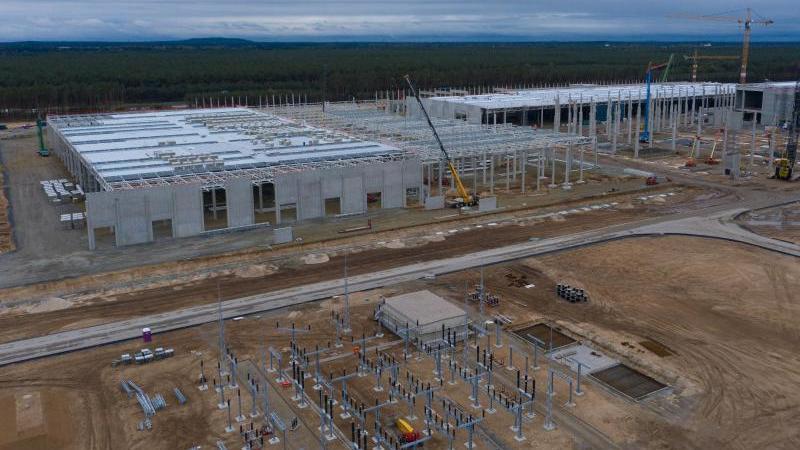 Bauarbeiten werden auf dem künftigen Firmensitz von Tesla ausgeführt. Foto: Paul Zinken/dpa/Aktuell