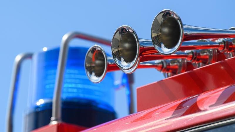 Das Blaulicht eines Einsatzfahrzeuges der Feuerwehr blinkt. Foto: Robert Michael/dpa-Zentralbild/ZB/Symbol
