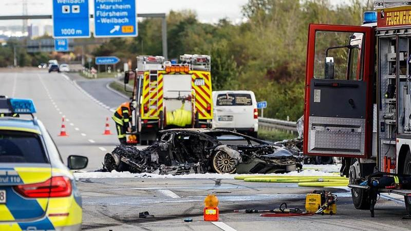 Eines der ausgebrannten Fahrzeuge auf der A66.