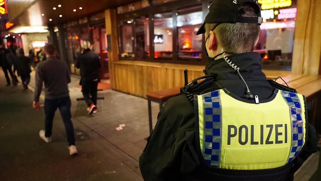 Um das Coronavirus zu schützen, müssen Restaurants in Hamburg zwischen 23:00 und 05:00 Uhr schließen.  Die Polizei überprüft die Einhaltung.  Nach Angaben der Polizeigewerkschaft wird es zunehmend aggressiv angegriffen.
