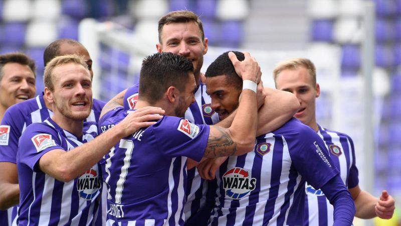 Die Fußballer des Erzgebirge Aue jubeln über ihren Sieg. Foto: Robert Michael/dpa-Zentralbild/dpa