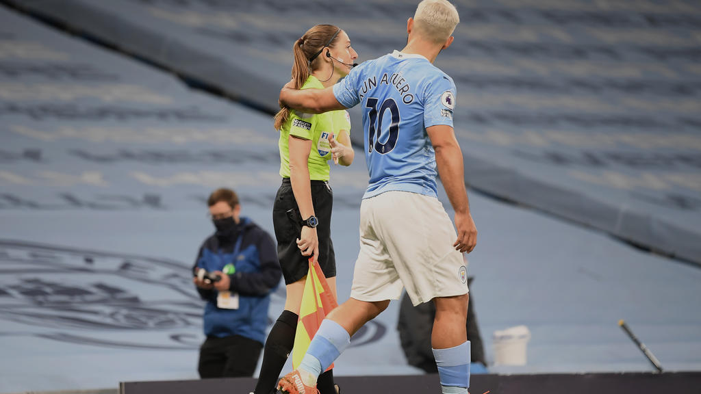 MANCHESTER, ENGLAND - OCTOBER 17: Assistant referee Sian Massey-Ellis and Sergio Aguero of Manchester City during the Premier League match between Manchester City and Arsenal at Etihad Stadium on October 17, 2020 in Manchester, England. Sporting stad