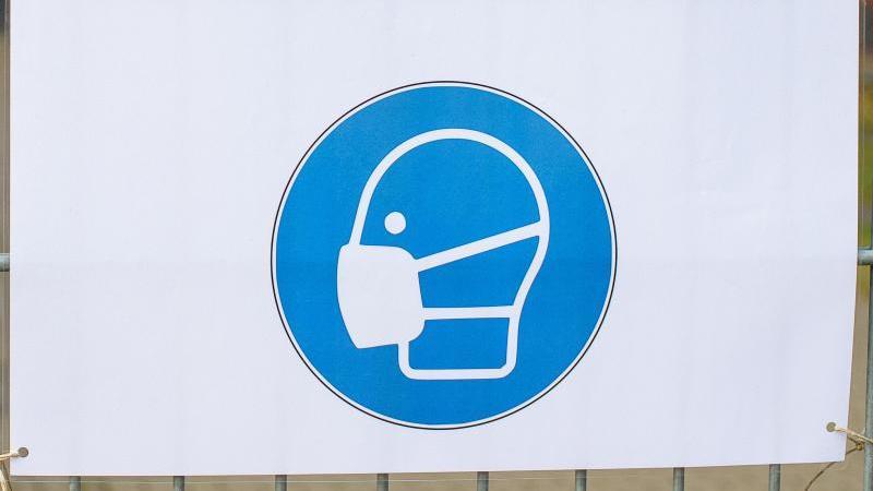 Ein Schild weist auf das verpflichtende Tragen einer Maske hin. Foto: Klaus-Dietmar Gabbert/dpa-Zentralbild/ZB/Symbolbild