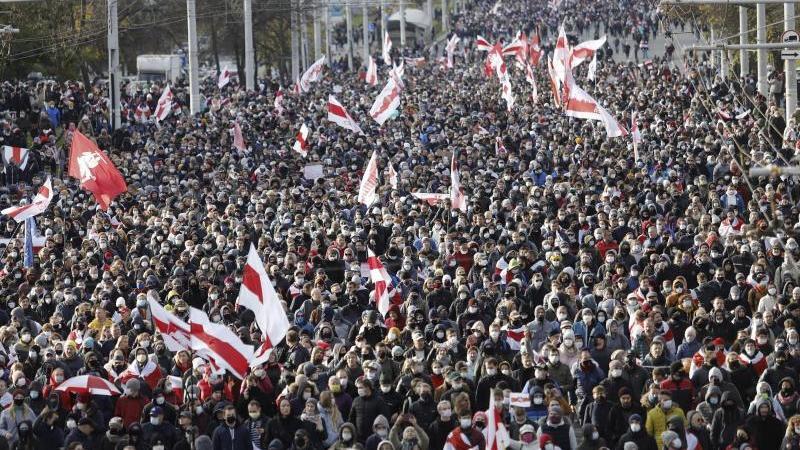 Demonstranten mit alten belarussischen Nationalfahnen nehmen an einem Protest in Minsk tei. Foto: Uncredited/AP/dpa