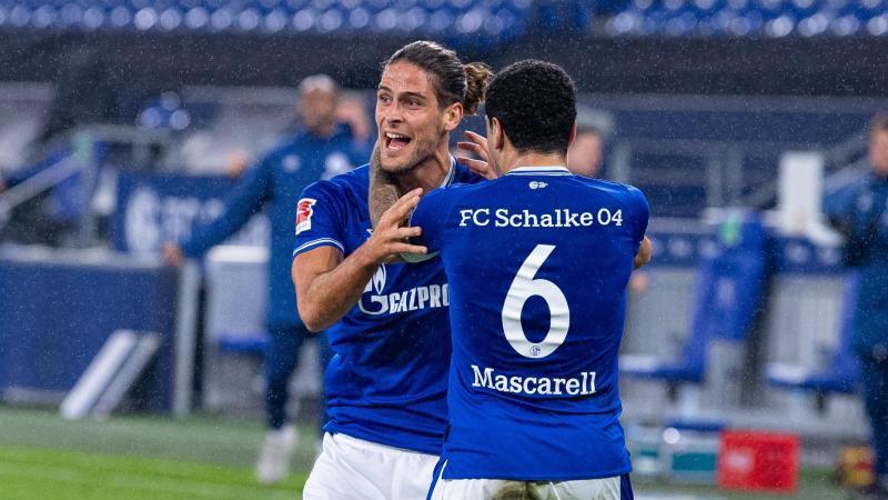 Schalkes Torschütze Goncalo Paciencia (l) und Omar Mascarell bejubeln den Ausgleichstreffer. Foto: Guido Kirchner/dpa