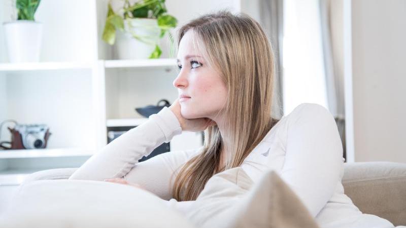 Wer seinen Job verloren hat, kann viel über Sorgen und Ängste grübeln. Foto: Christin Klose/dpa-tmn
