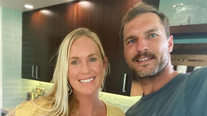 Die US-Surferin Bethany Hamilton und ihr Ehemann  Adam Dirks erwarten zum dritten Mal Nachwuchs.