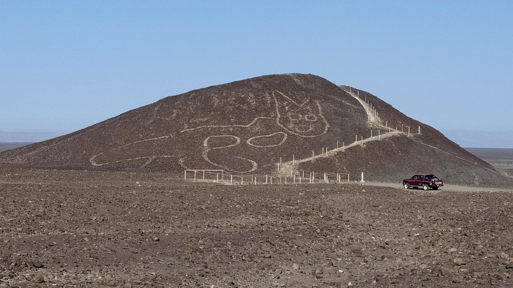 Nazca - Katzenzeichnung im  Sandhügel