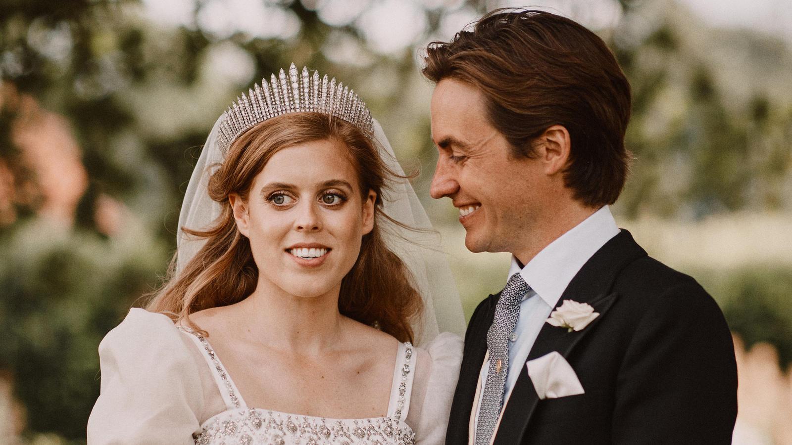 Prinzessin Beatrice als strahlend schöne Braut an der Seite ihres Gatten Edoardo Mapelli Mozzi.