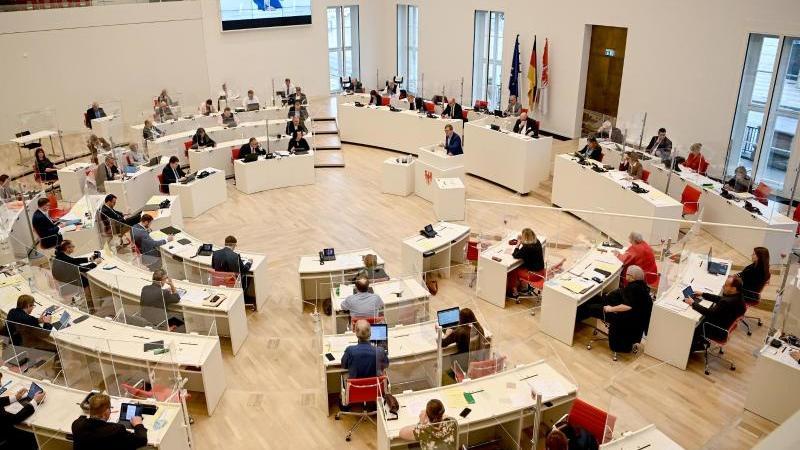 Die Abgeordneten sitzen im Plenarsaal. Foto: Britta Pedersen/dpa-Zentralbild/ZB