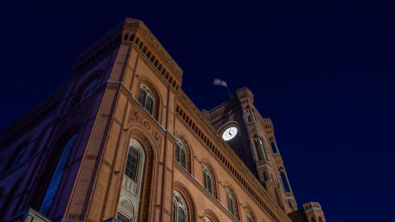 Blauer Himmel ist am Morgen über dem Roten Rathaus zu sehen. Foto: Paul Zinken/dpa-Zentralbild/dpa