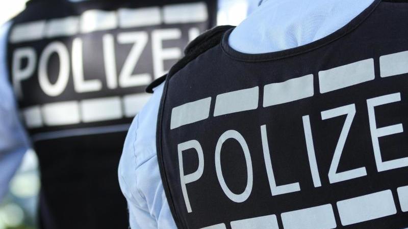 In Westen gekleidete Polizisten stehen in der Stadt. Foto: Silas Stein/dpa/Archiv