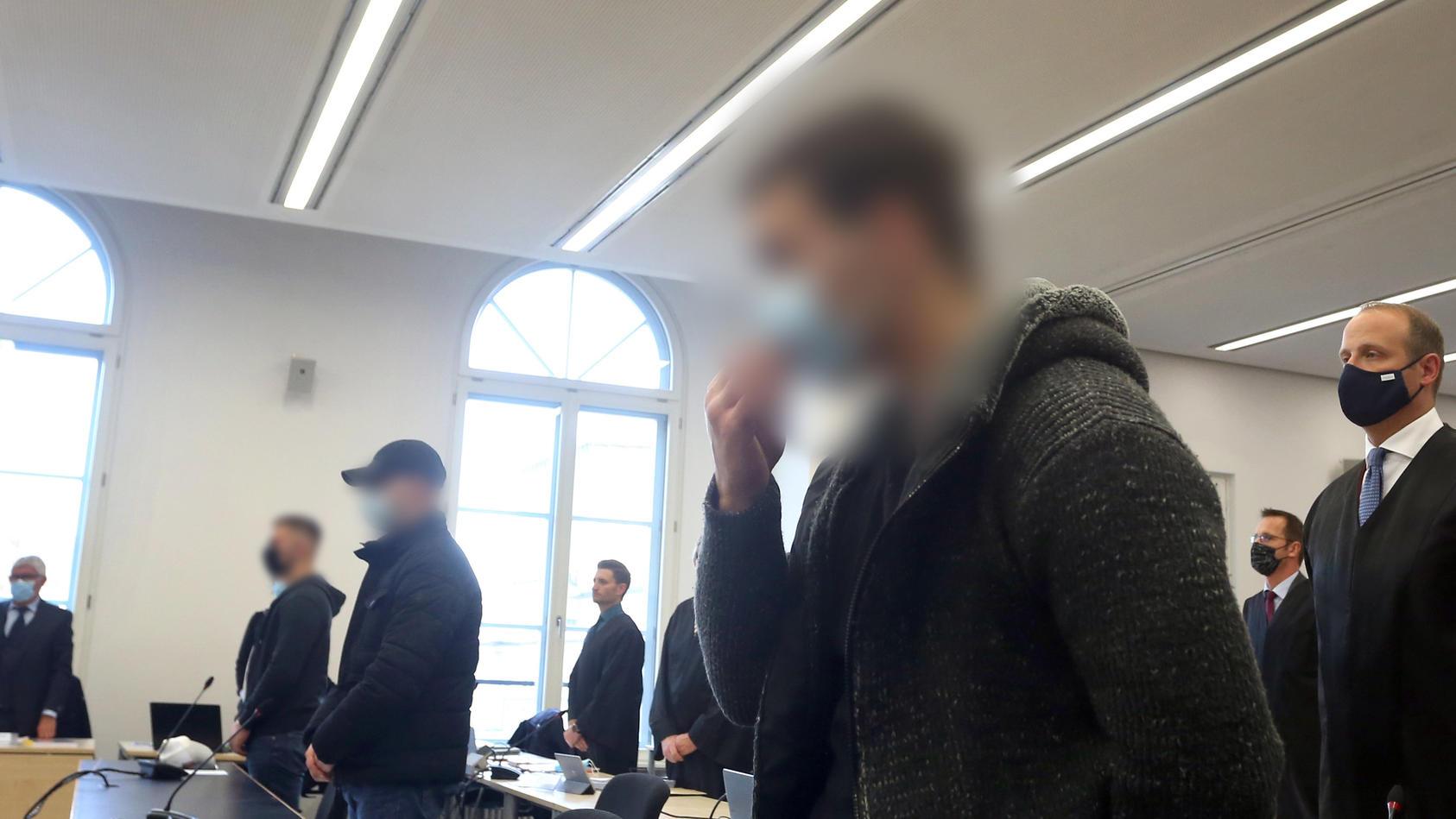 Augsburg: Der Hauptangeklagte (r) steht im Gerichtssaal des Landgerichtes neben zwei Mitangeklagten.