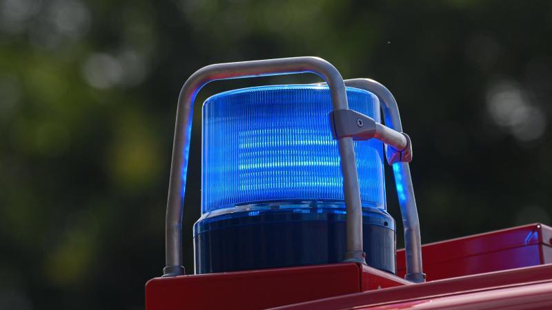 Ein Blaulicht leuchtet auf einem Einsatzfahrzeug der Feuerwehr. Foto: Robert Michael/dpa-Zentralbild/ZB/Symbolbild