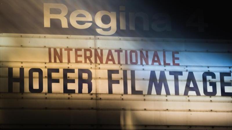 Eine Anzeigetafel verweist auf die Internationalen Hofer Filmtage. Foto: Nicolas Armer/dpa