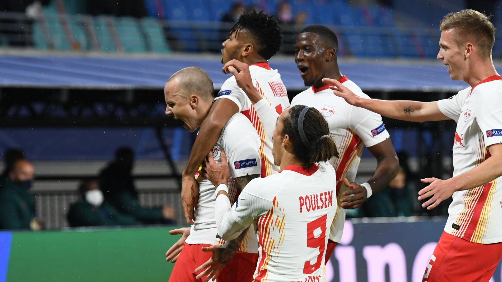 Angelino trifft für RB Leipzig, seine Mitspieler feiern mit ihm.
