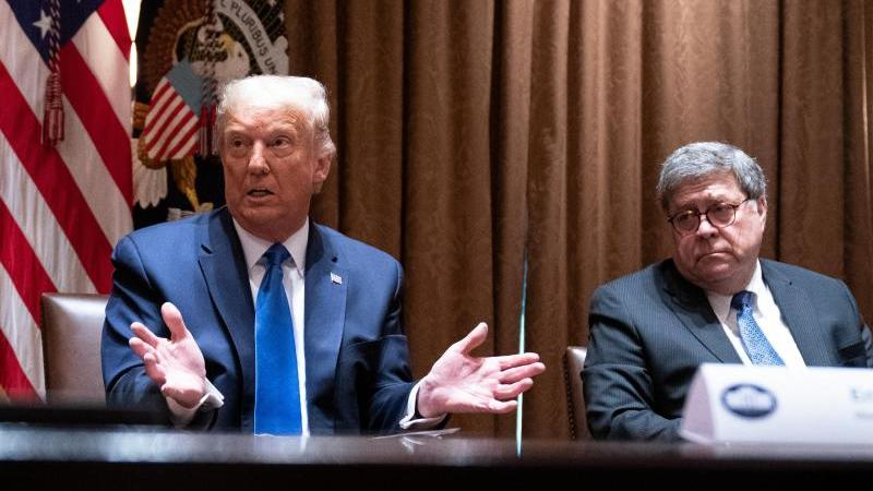 """""""Wir müssen den Justizminister dazu bringen zu handeln."""" US-Präsident Trump und Justizminister Barr (r) bei einem Treffen im September. Foto: Evan Vucci/AP/dpa"""