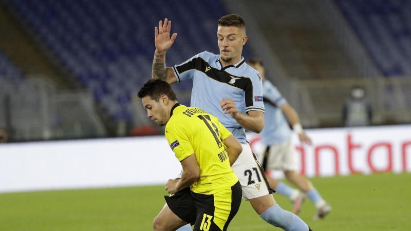 Der Dortmunder Raphael Guerreiro und Sergej Milinkovic-Savic von Lazio (l-r.) am Ball. Foto: Gregorio Borgia/AP/dpa