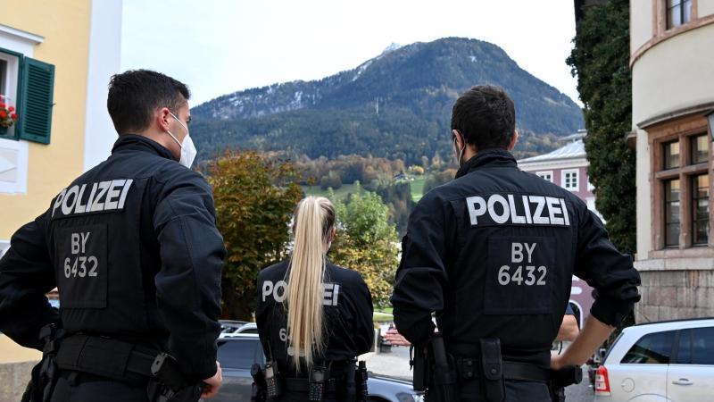 Polizisten überprüfen die Einhaltung der Ausgangsbeschränkungen im Landkreis Berchtesgadener Land. Foto: Peter Kneffel/dpa