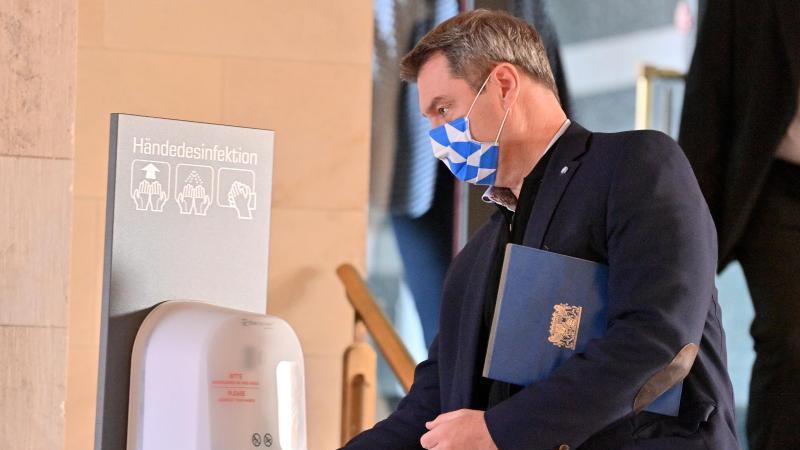 Ministerpräsident Markus Söder (CSU) desinfiziert sich vor einer Kabinettssitzung die Hände. Foto: Peter Kneffel/dpa