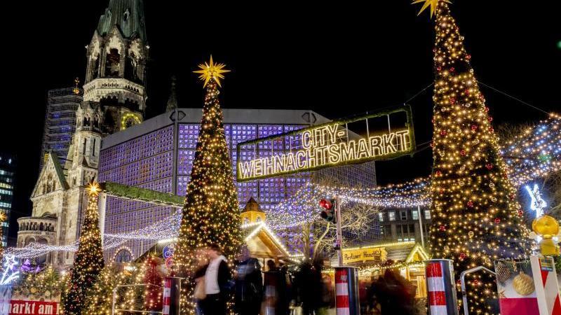 Der Eingang zum Weihnachtsmarkt am Breitscheidplatz ist mit Pfeilern abgesichert. Foto: Christoph Soeder/dpa/Archivbild