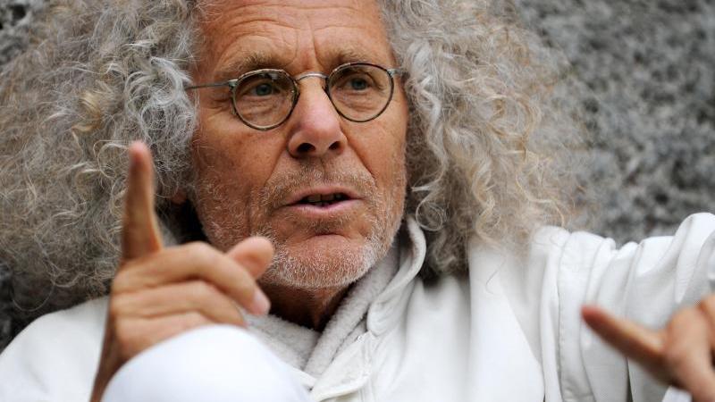 Rainer Langhans spricht bei einem Interview. Foto: picture alliance/Tobias Hase/dpa/Archivbild