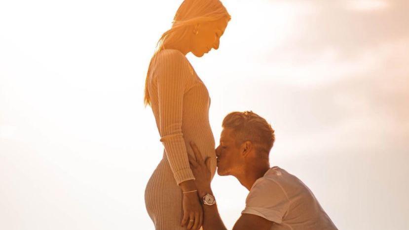 Jonas Omlin küsst den schwangeren Bauch seiner Lebensgefährtin  Janice van Eck