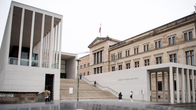 Besucher stehen am Eingang der Museumsinsel, der James Simon Galerie, vor dem Neuen Museum. Foto: Bernd von Jutrczenka/dpa