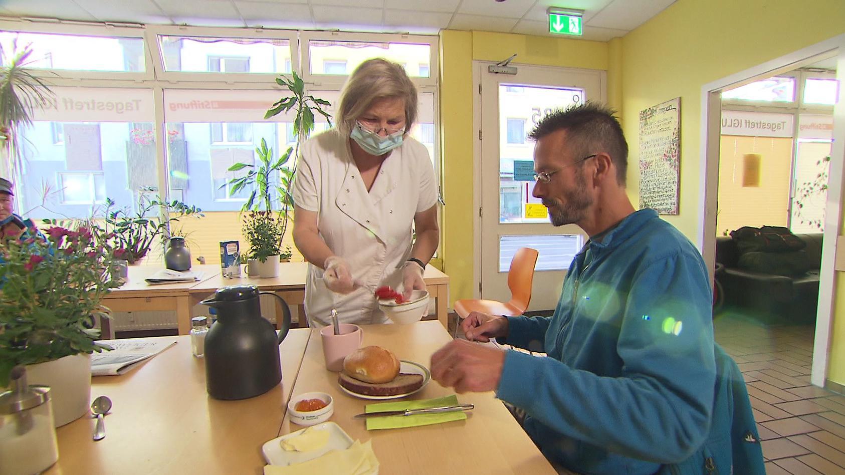 """Michael und Köchin Birgit Burbank im Tagestreff """"Iglu"""" in Braunschweig"""