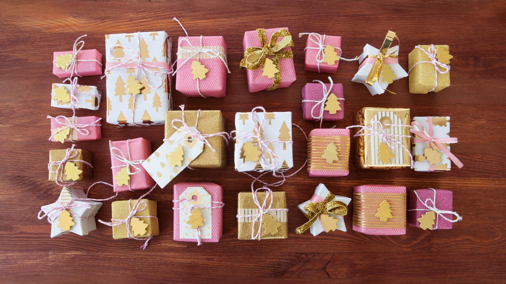 Festlich verpackte Geschenke zu Weihnachten auf Hintergrund aus Holz - Little christmas presentse *** Festively wrapped