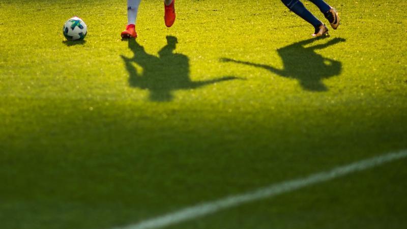 Zwei Spieler verfolgen einen Ball. Foto: picture alliance / Sophia Kembowski/dpa/Symbolbild