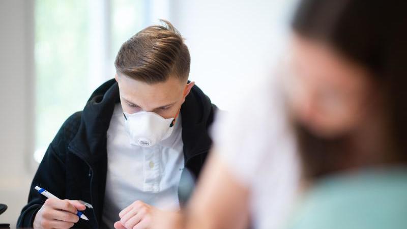 Schüler des Informatik-Grundkurses des Abiturjahrgangs am Carolus-Magnus-Gymnasium in NRW. Foto: Jonas Güttler/dpa