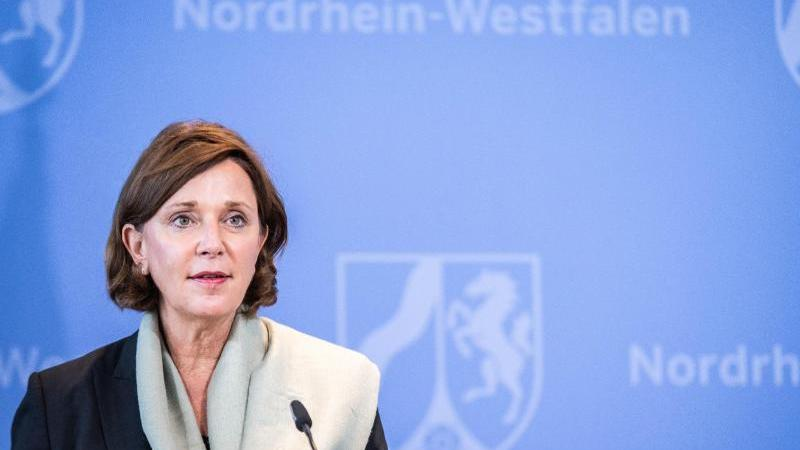 Yvonne Gebauer (FDP) bei einer Presekonferenz. Foto: Marcel Kusch/dpa